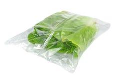 Frischer Kopfsalat in einer Tasche Lizenzfreie Stockfotos