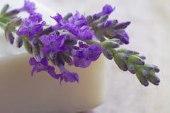 Frischer Lavendel auf einem Stab der Seife Lizenzfreie Stockfotografie