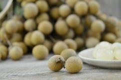 Frischer Longan, entfernen Samen in der Platte auf Holztisch lizenzfreie stockbilder