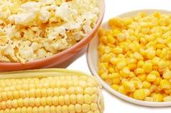 Frischer Mais, konservierter Mais und Popcorn Stockfoto