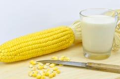 Frischer Mais mit Milch und Messer Stockbilder