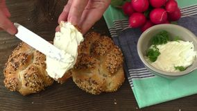 Frischer mascarpone Käse und knuspriges Brot stock video footage