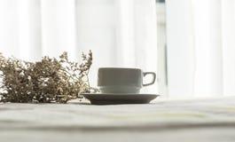 Frischer Morgenkaffee auf dem Bett stockbild