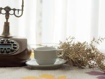 Frischer Morgenkaffee mit Weinlesetelefon stockfoto
