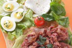 Frischer Mozzarellaaperitif mit Fleisch und Eiern lizenzfreies stockfoto