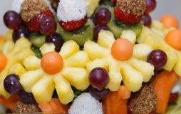 Frischer Obstsalat und Beeren Stockfotografie