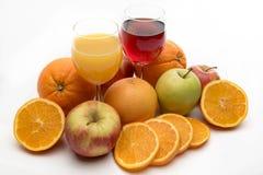 Frischer orange Apfel und Grapefruitsaft und Früchte stockbilder