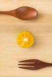 Frischer orange und hölzerner Löffel Lizenzfreies Stockfoto
