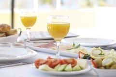 Frischer Orangensaft auf Frühstückstische Stockbilder