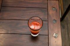 Frischer Orangensaft mit Eis lizenzfreies stockbild