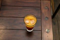 Frischer Orangensaft mit Eis stockbilder