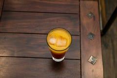 Frischer Orangensaft mit Eis lizenzfreie stockfotos