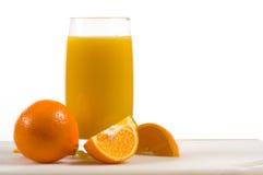 Frischer Orangensaft mit frischen Orangen Stockfotografie