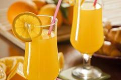 Frischer Orangensaft und Hörnchen Stockfoto