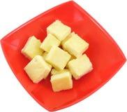 Frischer organischer handgemachter Käse, der im Seihtuch und in der Weinleseplatte hängt Stockfotos