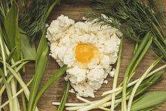 Frischer organischer handgemachter Käse, der im Seihtuch und in der Weinleseplatte hängt Stockbilder