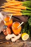 Frischer organischer Karottensaft Stockfoto