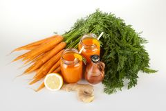 Frischer organischer Karottensaft Stockfotos