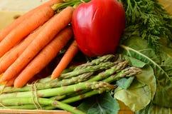 Frischer Pfeffer, Bündel Spargel und Karotten Stockfotografie