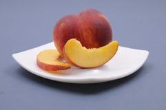 Frischer Pfirsich auf der Platte Lizenzfreie Stockfotos