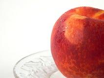 Frischer Pfirsich auf Kristall Stockfoto