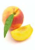 Frischer Pfirsich mit Scheiben Stockfoto