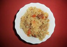 frischer Pilaf mit Fleisch und Gemüse stockfotos