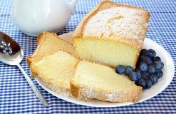 Frischer Pound-Kuchen und Blaubeeren Lizenzfreie Stockbilder