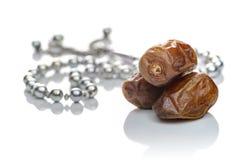 Frischer Ramadan Fasting Dates mit Rosenbeet auf Weiß lizenzfreie stockfotos