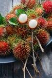 Frischer Rambutan mit grünem Blatt stockfotografie