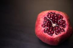 Frischer reifer Granatapfel auf einem dunklen hölzernen backgroundgarnet im Abschnitt Granatapfel stockfotos