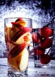 Frischer roter Apfel, der Getränk funkt Stockbilder