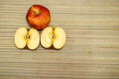 Frischer roter Apfel mit Scheiben Stockfoto