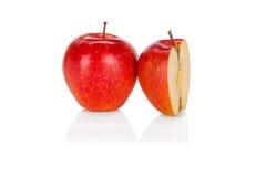 Frischer roter Apfel und Hälfte auf Weiß Stockfotografie