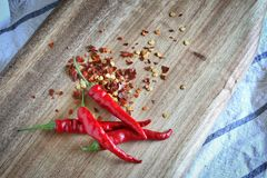 Frischer roter Chili On Wooden Cutting Board lizenzfreies stockfoto