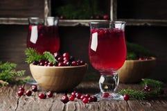 Frischer roter Preiselbeersaft auf der Weinlesetabelle Stockfotografie
