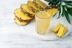 Frischer Saft der Ananas im Glas auf einem Holztisch Lizenzfreie Stockfotografie