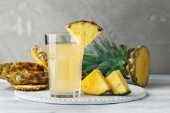 Frischer Saft der Ananas im Glas auf einem Holztisch Lizenzfreie Stockfotos