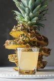 Frischer Saft der Ananas im Glas auf einem Holztisch Stockbild