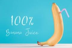 frischer Saft der Banane 100 mit einem Stroh Stockfoto