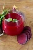 Frischer Saft der roten Rübe mit tadellosem Blatt stockfotografie