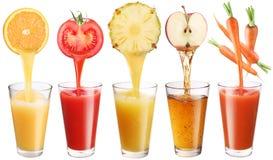 Frischer Saft gießt aus Obst und Gemüse Stockbild