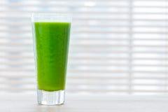 Frischer Saft vom grünen Gemüse und von den Früchten Gesundes Vitamingetränk Lizenzfreie Stockbilder