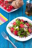 Frischer Salat auf blauem Holztisch stockfotografie
