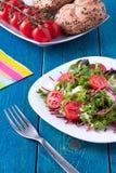 Frischer Salat auf blauem Holztisch lizenzfreie stockfotos