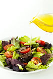 Frischer Salat auf einer Platte mit Olivenöl Lizenzfreie Stockbilder