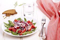 Frischer Salat auf einer Platte mit roter Serviette Lizenzfreie Stockfotos
