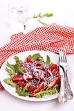Frischer Salat auf einer Platte mit roter Serviette Stockfotos