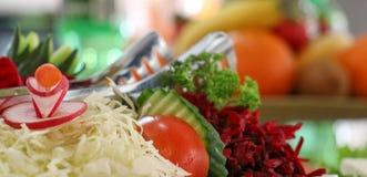 Frischer Salat auf einer Servierplatte Lizenzfreies Stockfoto