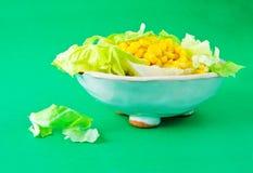 Frischer Salat auf grünem Hintergrund Stockbild